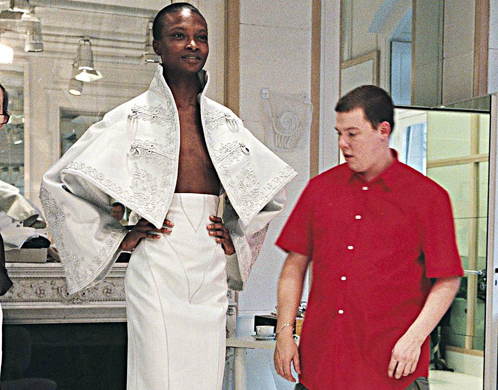 Alexander McQueen podczas przymiarek w domy mody Givenchy / Materiały prasowe Gutek Film