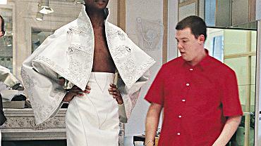 Alexander McQueen podczas przymiarek w domy mody Givenchy