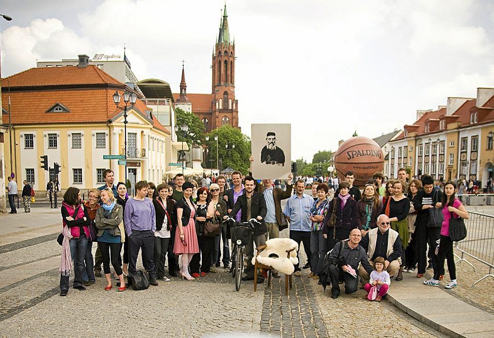Akcja 'Tęsknię za tobą, Żydzie' Rafała Betlejewskiego - Polacy fotografowali się przy pustym krześle, które miało oznaczać brak konkretnych ludzi, Żydów znanych z imienia i nazwiska. Rynek w Białymstoku, 2010