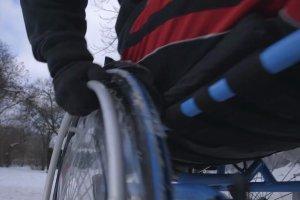 Hardkorowy Koksu na w�zku inwalidzkim kontra zima w mie�cie