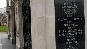 8.11.2017, Warszawa. Pamiątkowa tablica na Grobie Nieznanego Żołnierza jeszcze z Birczą. W nocy z 10 na 11 listopada tablica ta została podmieniona.