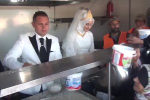 To wesele przejdzie do historii. Pa�stwo m�odzi nakarmili 4 tysi�ce g�odnych uchod�c�w