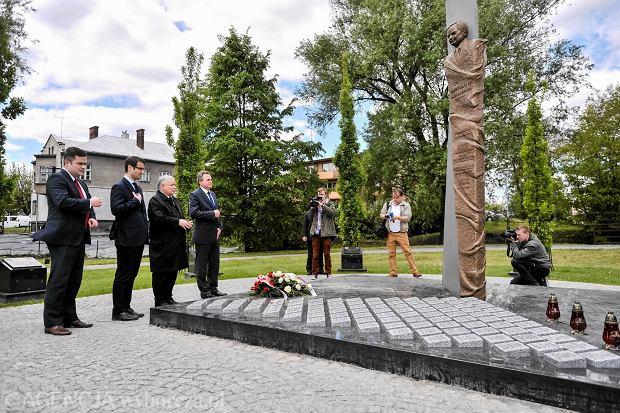 Pomnik Lecha Kaczyńskiego i ofiar katastrofy smoleńskiej w Dębicy. 5 maja 2014, prezes PiS Jarosław Kaczyński składa kwiaty