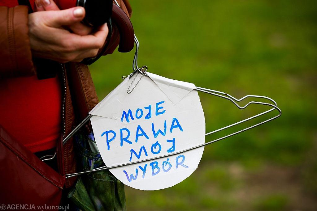 Protest przeciwko zaostrzeniu ustawy antyaborcyjnej. Wieszak symbolizuje metody z podziemia aborcyjnego (fot. Małgorzata Kujawka/AG)
