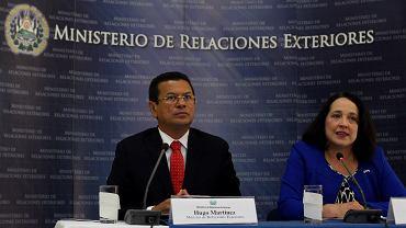 Minister spraw zagranicznych Salwadoru Hugo Martinez i ambasador USA w tym kraju Jean Elizabeth Manes podczas wspólnej konferencji prasowej. San Salvador, 8 stycznia 2018 r.