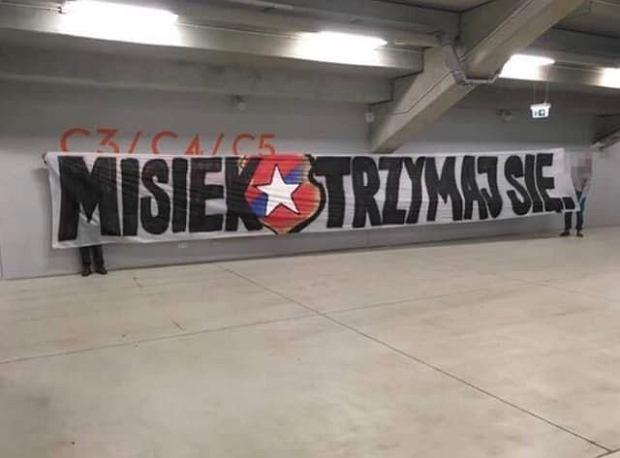 Zdjęcie transparentu 'Misiek, trzymaj się' na stadionie Widzewa