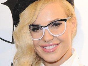 Doda lepiej wygl�da w okularach czy bez?