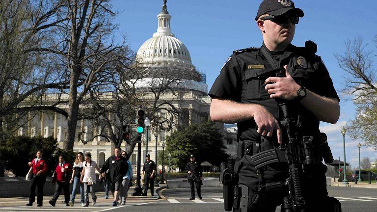 Policjant przed Kapitolem