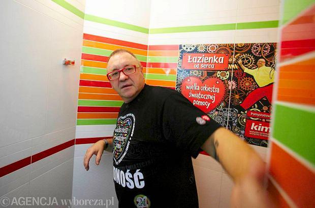 Uroczyste otwarcie... toalety. Wst�g� przeci�� Jurek Owsiak