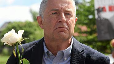 Władysław Frasyniuk przed przesłuchaniem na komisariacie policji w Długołęce, 4 lipca 2017