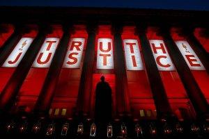 Tragedia na stadionie Hillsborough: Sprawiedliwo�� dla zaszczutych przez policj� i tabloid