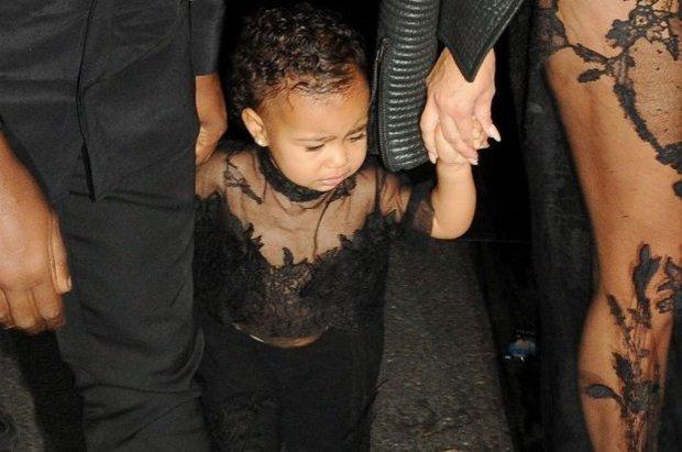 Kim Kardashian ubiera c�rk� jak doros��. Koronki, prze�wity... To przesada! W ko�cu jednak co� zmieni�a. North wygl�da UROCZO