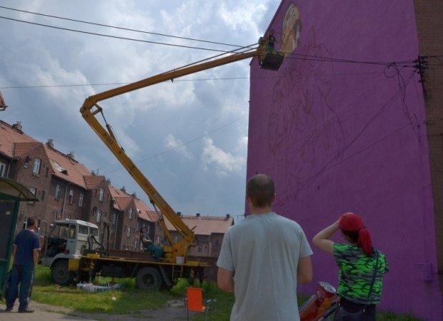 Bajtel siednie na familoku w wi toch owicach powstaje for Mural na tamie w solinie