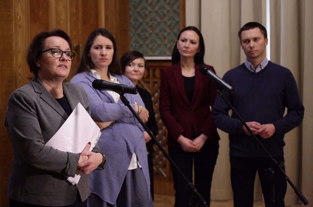 Tomasz i Karolina Elbanowscy  z minister edukacji Anną Zalewską w 2015 r. (fot. Sławomir Kamiński/AG)