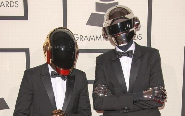Zespół Daft Punk postanowił wykorzystać te święta na ubicie wysokodochodowego interesu. Poza milionami, które z pewnością spłyną na ich konto, muzycy zareklamują się i uszczęśliwią fanów w ten świąteczny czas. Daft Punk wypuści bożonarodzeniowe gadżety. Nie będą to tylko standardowe kubki ani swetry z nadrukiem kapeli.