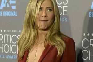 Aniston za�o�y�a marynark� na nagie cia�o. Zwykle brak stanika ko�czy si� wpadk�. Nie w jej przypadku