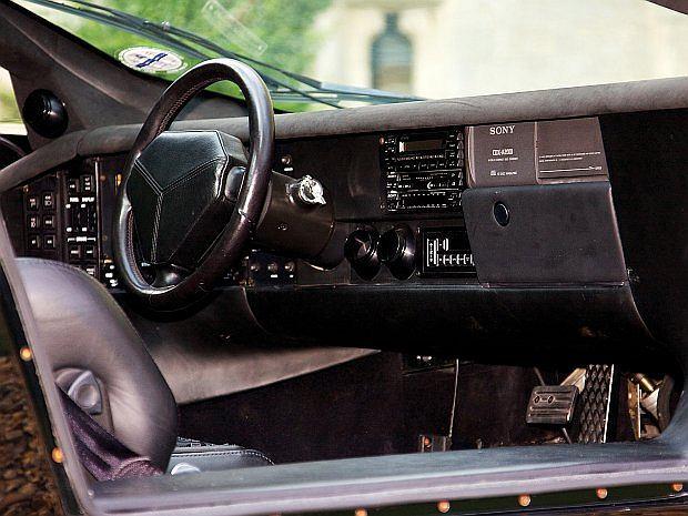 Vector W8 nie posiada w kabinie tunelu środkowego. Sterowanie automatycznej, 3 biegowej przekładni przeniesiono po lewej stronie kierowcy. Skrzynia obsługiwana jest guzikami