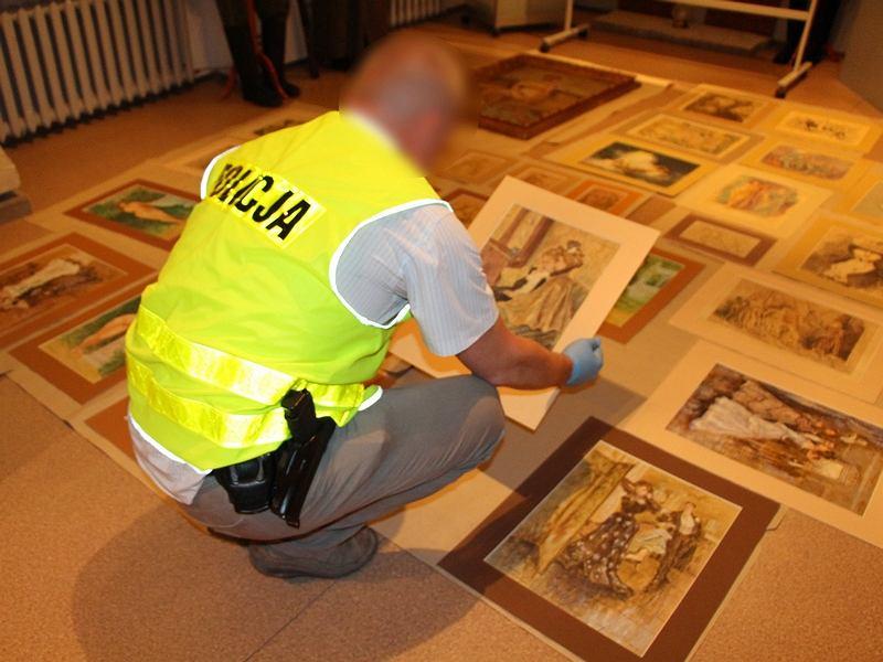 Policja z Poznania odzyskała skradzione obrazy i grafiki