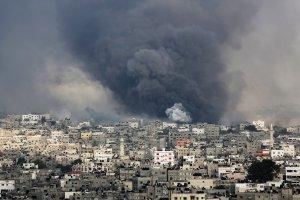 Naloty w Strefie Gazy. Zbombardowane meczety, stadion i dom by�ego przyw�dcy Hamasu