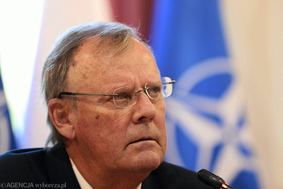 Były juz szef MON-owskiej podkomisji do ponownego zbadania katastrofy smoleńskiej dr.Wacław Berczyński. Najpewniejszym powodem jego rezygnacji jest wywiad dla 'Dziennika Gazety Prawnej', w którym Berczyński wygłosił zdanie: 'To ja wykończyłem caracale'. I tłumaczył, że przekonał do tego szefa MON Antoniego Macierewicza, który miał mu powiedzieć: 'Bądź moim pełnomocnikiem w sprawie śmigłowców'