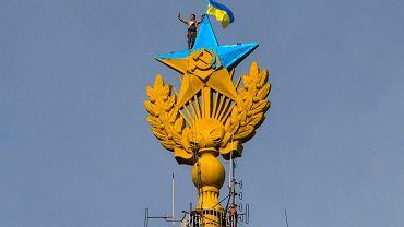 Wierzchołek iglicy jednego z moskiewskich wieżowców w ukraińskich barwach