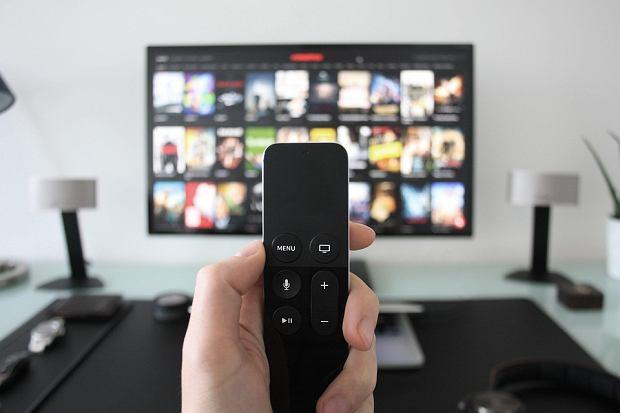 Stacje telewizyjne zarobią na zakazie handlu w niedziele?