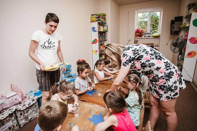 Dzieci z rodzin zmuszonych opuścić swoje domy z powodu działań wojennych w przedszkolu w Obwodzie Zaporoskim