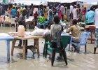 �yj� po kolana w �ciekach, �pi� na stoj�co z dzie�mi na r�kach. To ob�z ONZ dla uchod�c�w w Sudanie Po�udniowym
