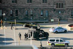Twarz zas�oni�ta chust�, w d�oniach karabin. Oto zabity zamachowiec z Kanady. Niedawno nawr�ci� si� na islam?