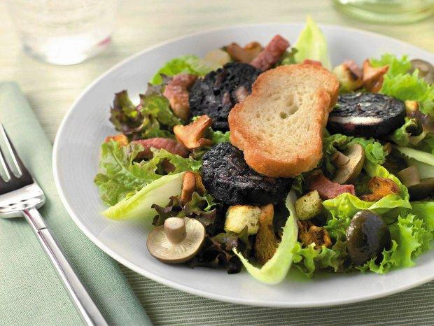 Sałata z kaszanką i grzybami