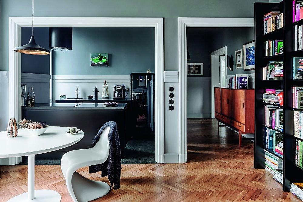Widok na kuchnie i przedpok�j z perspektywy salonu.