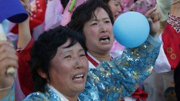 Koreanki w spazmach, gro�ni �o�nierze i Kim ostrzegaj�cy USA. Tak, to znowu parada w Pjongjangu
