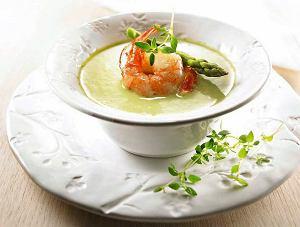 Kremowa zupa ze szparagów z krewetkami
