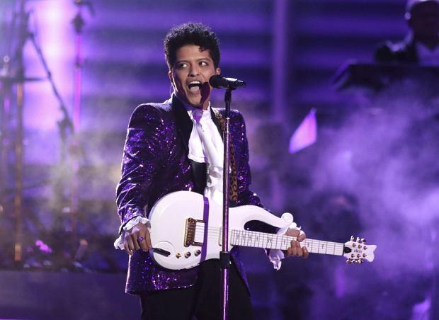 Artysta roku, najlepszy artysta pop/rock, najlepszy artysta soul/r&b... - to tylko niektóre z tytułów, jakie w tym roku zdobył Bruno Mars. Ile statuetek zdobył w tym roku piosenkarz?!