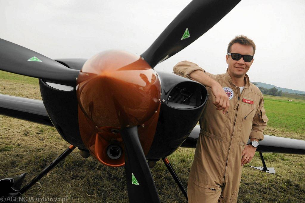Pilot akrobacyjny Artur Kielak  / ŁUKASZ WĄDOŁOWSKI