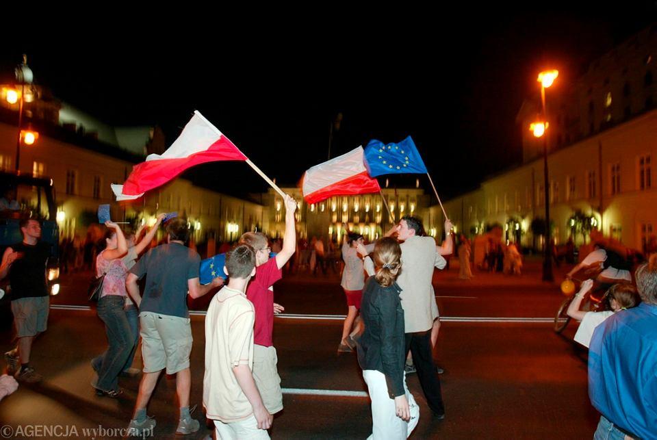 8 czerwca 2003 r. Radość mieszkańców Warszawy po ogłoszeniu wyników referendum europejskiego