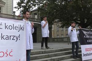 """Protest lekarzy rezydentów i studentów medycyny w Poznaniu. """"Życie Polaka w cenie BigMaca"""""""