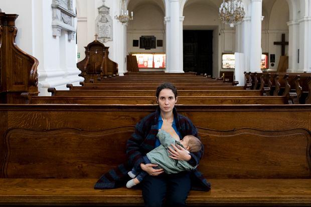 Fotografują kobiety karmiące piersią w centrum Warszawy. Na dworcu, w windzie, a nawet w kościele
