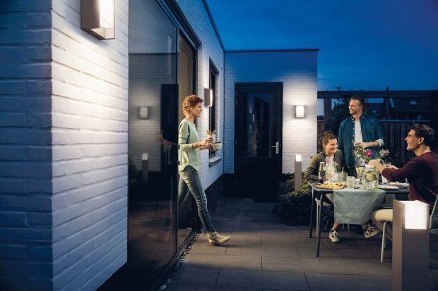 Oprawy zewnętrzne produkowane są często w seriach, w których znajdują się różnego typu lampy. Ich zastosowanie pozwala uzyskać stylistyczną spójność aranżacji
