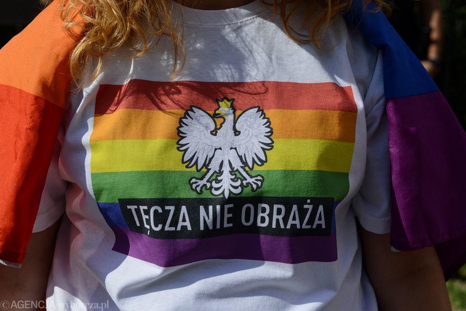Akcja 'Brudziński, Tęcza nie obraża!' , zorganizowana przy Biurze Przepustek Ministerstwa Spraw Wewnętrznych przez Akcję Demokracja, Kampanię Przeciw Homofobii i 'Milość nie Wyklucza'. Warszawa, 17 sierpnia 2018