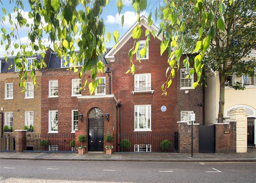 Posiadłość znajduje się przy ulicy Hyde Park Gate 28 tuż przy ogrodach królewskich Kensigton Park