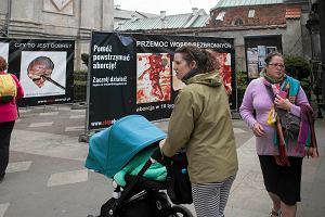 Szokuj�ca wystawa antyaborcyjna tu� przy Drodze Kr�lewskiej. W�adze Krakowa bezradne