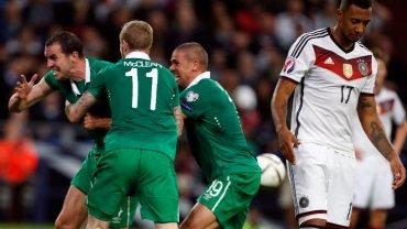 Niemcy strzelaj� gola. Spalony! Irlandczycy dzielnie si� broni�. Dobry wynik dla Polski!