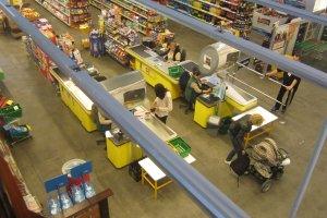 �owi� nas na mi�so i tanie crocsy. Co kupujemy w sieciach market�w i za ile?