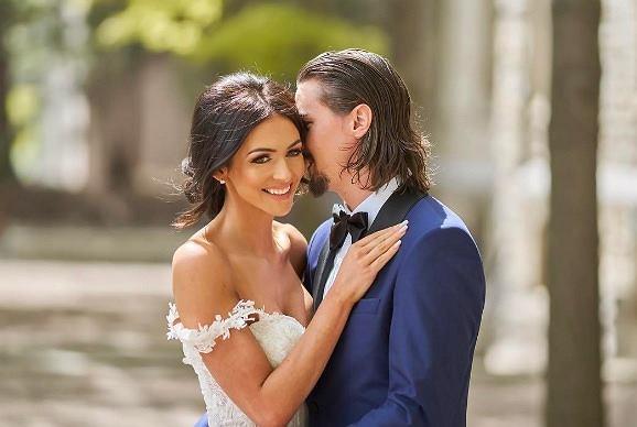 Zdjęcie numer 0 w galerii - Szwedzki hokeista Erik Karlsson poślubił piękną Melindę Currey! Wiemy, jaki jest jej sposób na zgrabną sylwetkę