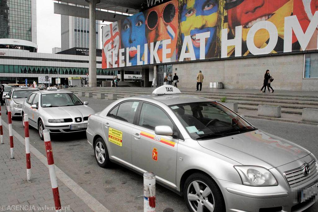 Postój taksówek przed Dworcem Centralnym