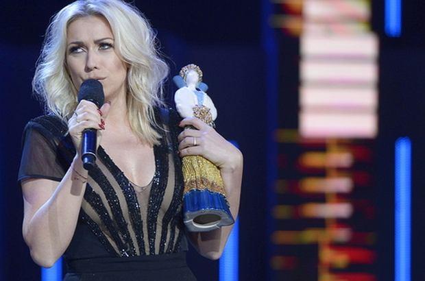 """Kasia Cerekwicka z piosenkę """"Bez ciebie"""" zwyciężyła w konkursie """"Premiery"""" podczas tegorocznego Festiwalu w Opolu. Jednak jej podziękowanie za statuetkę zastanawia.  Co miała na myśli?"""