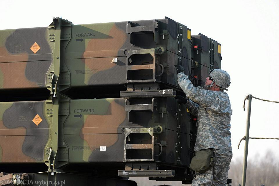 Amerykanie prezentują obsługę baterii Patriot podczas wspólnych ćwiczeń polskich i amerykańskich żołnierzy w ramach operacji Atlantic Resolve. Sochaczew, 21 marca