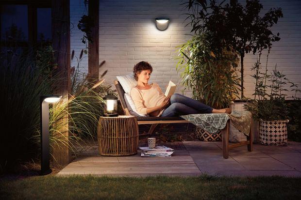 Oświetlenie zewnętrzne staje się częścią domowego systemu sterowania. Dzięki oferowanym przez producentów rozwiązaniom inteligentnym lampami można sterować jednym przyciskiem lub nawet poleceniami głosowymi