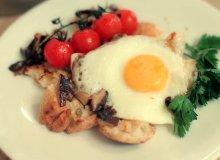 Jajko sadzone z pieczarkami i pieczonymi pomidorami - ugotuj